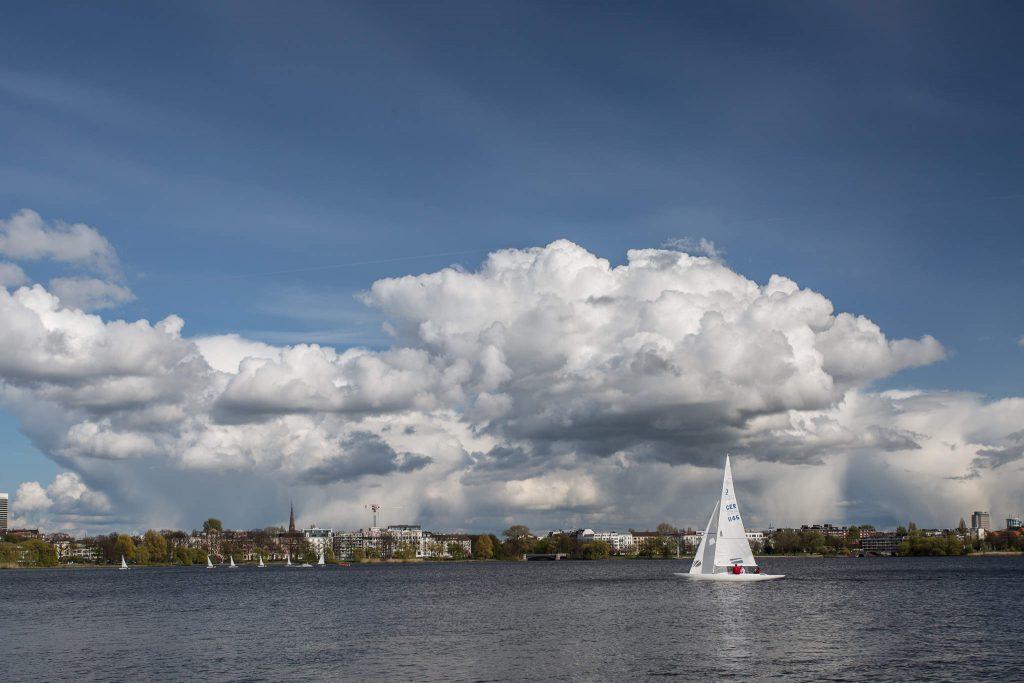 Regenwolken und Segelboot