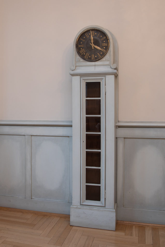 Chamber of Crafts - Floor clock in the fireplace room (1047)