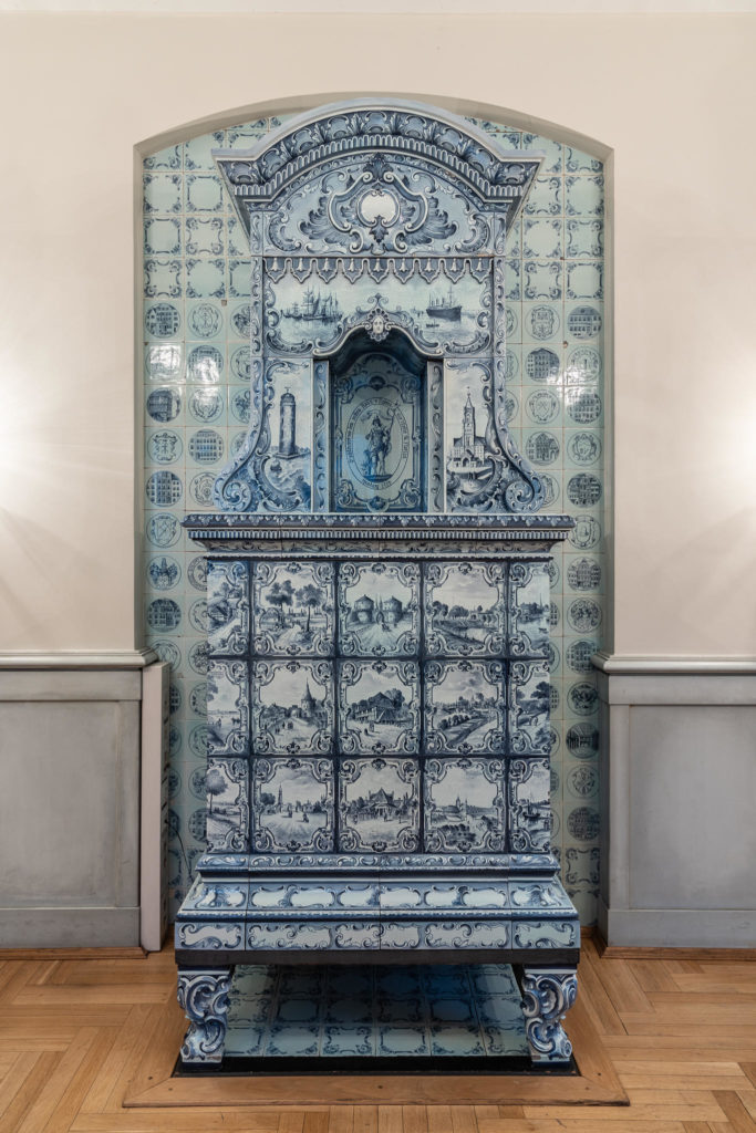 Chamber of Crafts - Tiled stove in the fireplace room (1128)