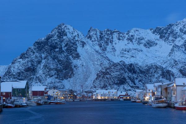 The port of Hennigsvær with Festvågtind in the background (3164)