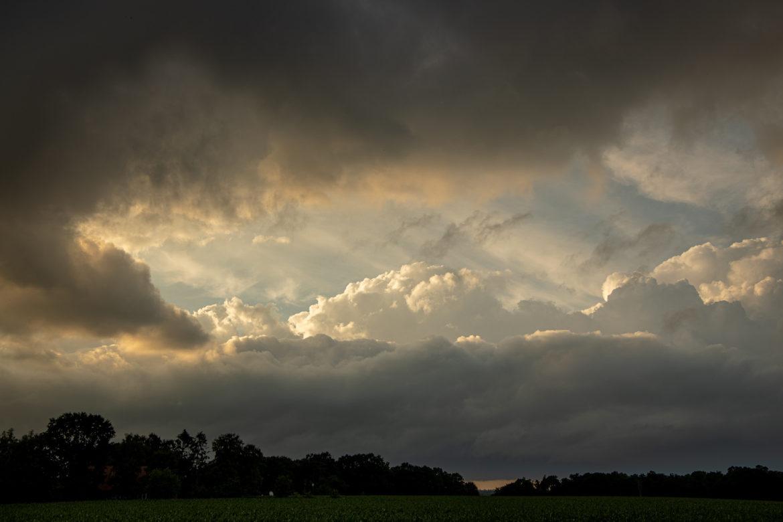Regenwolken bei Sonnenuntergang